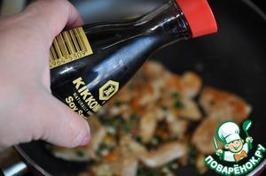 """Добавляем к курице оставшееся кунжутное масло, рисовый уксус, коричневый сахар и соевый соус """"Киккоман"""" (1 ст. ложку). Быстро перемешиваем и обжариваем 2 минуты, чтобы курица хорошо прогрелась и пропиталась соусами."""