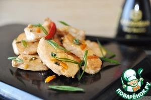 Подаём курицу горячей, посыпав перьями зелёного лука.    К блюду подойдёт на гарнир рис.   Приятного аппетита!