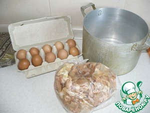 Это то, что необходимо нам для покраски яиц. Я беру десяток яиц коричневого цвета, т. к. после покраски цвет у них будет потемнее, нежели у белых яиц.