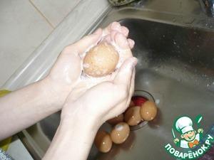 Яйца я мою с мылом, т. к. иногда попадаются не совсем чистые, и могут в этом месте плохо покраситься.