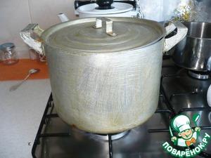 Кастрюлю закрываю крышкой и ставлю варить яйца на средний огонь. После закипания воды варю примерно 20-25 мин.    Яйца необходимо периодически помешивать, чтобы они лучше прокрасились!