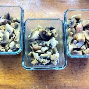 В порционные формочки выложить грибы с беконом и луком.