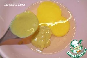 СДЕЛАТЬ СОУС:   Разбить яйцо в чашку, добавить горчицу,