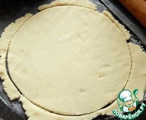 Берем кусок марципана раскатываем в пласт толщиной 5мм. вырезаем круг по диаметру торта.