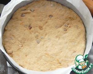 Укладываем на первый слой нашего торта.    Раскатываем в круг вторую половину теста, укладываем поверх марципана., накрываем форму пленкой и отправляем отдыхать в теплое место на 1 час.   Затем разогреваем духовку до 200 градусов. Перед выпеканием слегка приминаем середину торта, это нужно чтобы он не сильно взулся поцентру, и выпекаем торт 30-40 минут до готовности.