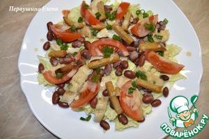 Выложить помидоры, нарезанные дольками, сухарики и зелень. И так же полить соусом.