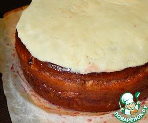 Когда торт остынет раскатываем еще один пласт марципана вырезаем круг нужного диаметра и накрываем верх торта.