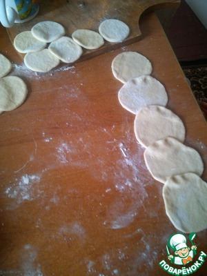 Roll out dough and make circles for our roses, 2 roses, 5 PCs, circles between a crush, what would not collapse during twisting.
