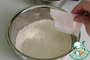 Берем муку, добавляем разрыхлитель и соль. Перемешиваем.