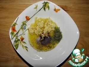 Смешать измельченный чеснок, молотый лавровый лист, корицу, масло и перец с солью (можно без соли, тогда просто посолить самого цыпленка)