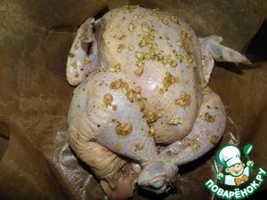Выложить цыпленка в форму (если надо застелить), так же подойдет любая огнеупорная форма.. Связать ему ножки, чтобы он не терял соков во время запекания, и сохранял форму.