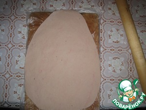 Put the dough on the Board with a package that then without damaging the cake to pass on to the pan.