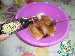 Филе минтая нарезать на крупные куски. Добавить соевый соус и оставить на 10 минут.