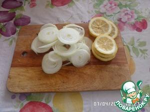 Нарезаем лук кольцами. Лимон нарезаем также. Подготавливаем листы пергамента.