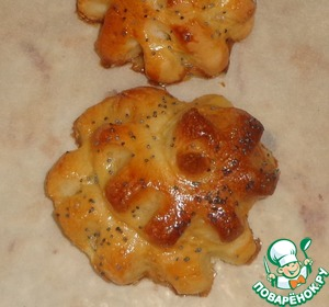 """Цветочки выкладываем на противень и ставим на плиту. Зажигаем духовку. Противень должен постоять 10-15 минут. Затем булочки смазываем яичным желтком, посыпаем маком и отправляем в духовку выпекаться. Выпекаются булочки при температуре 180-200 градусов 30-45 минут.    Готовые немного остывшие булочки смазываем медом и """"приклеиваем"""" на него шоколадные капельки.       Приятного чаепития!"""