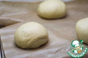 Формируйте круглые булочки и укладывайте их на противень, застеленный пекарской бумагой. Я буду печь на камне, поэтому переворачиваю противень вверх ногами, а затем буду скидывать с него хлеб на камень для выпечки. Оставляем булочки для расстойки на 30-40 минут.