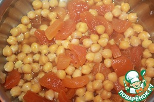Add the chickpeas, bring to the boil and reduce the heat. Cover with a lid and simmer for 10 minutes. Then dissolve gelatin in the microwave or on the fire, not boiling and put into a saucepan. Porirua with the help of a blender. If puree is too thick, you can add a little orange juice.