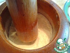 """Перетираем в ступке с сахарной пудрой. Отправляем в тесто. Вымешиваем 2-3 минуты, формируем шар, накрываем, оставляем на 3часа. Или оставляем в хлебопечке в режиме """"тесто""""."""