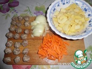 Нарезаем овощи. Из фарша делаем маленькие фрикадельки.