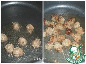 На разогретую сковородку наливаем 2 ст. л. растительного масла и выкладываем наши фрикадельки. Быстро обжариваем.