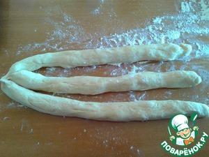 Тесто разделим на 6 равных частей, если готовим 2 чурека. Из 3 частей вылепим жгутики и соединим их с одной стороны. Далее плетем обычную косичку.