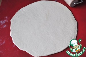 Divide the dough into three parts. Of necessity, we pour a flour and roll out round a thickness of 5 mm. Even with a pot lid or plate. Diameter approx 22 cm