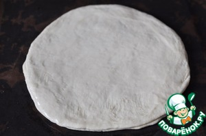 Roll out three circles, move on baking paper on a baking sheet. Fold the circles exactly on top of each other.  Lubricates the first and second round with vegetable oil.  The third subject is not blurred.