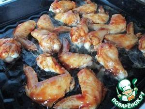 Через 20-25 минут вытаскиваем из духовки крылья, смазываем с одной стороны соусом и отправляем в духовку минут на 5-7