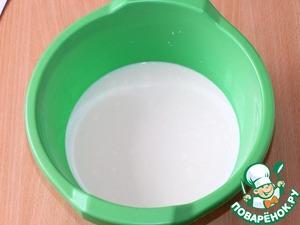 В теплом молоке (500 мл) растворить 2 ст. л. сахара.