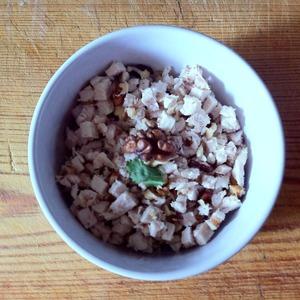 Куриное филе отвариваем до готовности. Режем такими же кубиками, как морковь. Добавляем рубленные грецкие орехи. Солим и перчим по вкусу.
