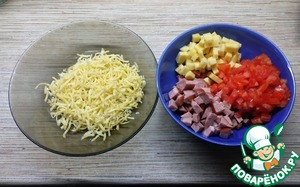 Meanwhile, prepare the filling. Ham cut in small cubes (you can use smoked sausage, if you like),100 gr of cheese cut into the same cubes. From tomatoes to remove the pulp and slice. The remaining 50 grams of cheese to RUB on a small grater.