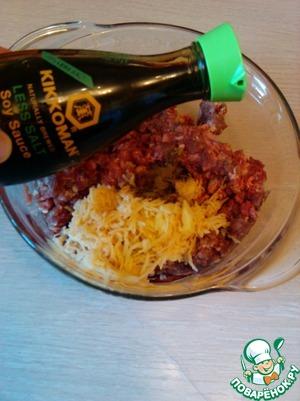 """В фарш добавляем измельченный лук и натертую сырую картофелину, вливаем соевый соус """"Киккоман"""" и добавляем перец, перемешиваем. Если фарш недостаточно сочный - вливаем немного водички или молока (50-70 мл).      Перемешиваем, выбиваем фарш хорошенько и отправляем в холодильник на 1 час"""