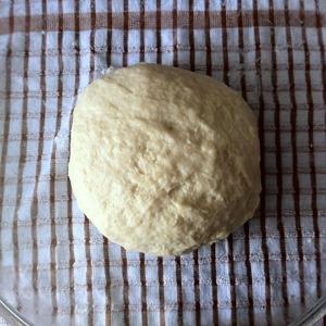 Вымешиваем тесто не менее 5 минут. Убираем в тёплое место для расстойки.