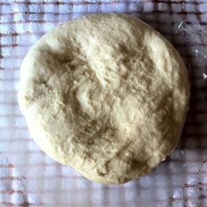 Когда тесто увеличится в два раза, делаем обминку и убираем его для вторичного подъёма.