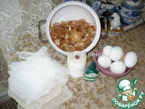 Это то, что нам понадобится для покраски яиц: луковая шелуха на 6 яиц - я взяла пол небольшой кастрюльки, толстые нитки, зелёнка, марля и сами яйца. Яйца я беру белого цвета, т. к. на них потом более выражен узор.