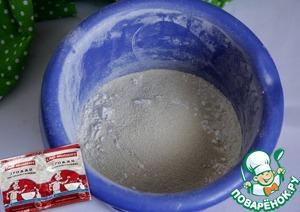 Муку просеять, добавить соль, сахар, сухие дрожжи. Перемешать