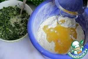 Предварительно растопить пекарский маргарин или сливочное масло, дать ему немного остыть.       Ввести в сухую смесь яйцо, масло. Начать вымешывать спиральными насадками для теста (или крюком)