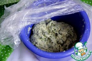 Вымешивать миксером, пока тесто не станет гладким и не начнет отставать от стенок (минут 5-8)
