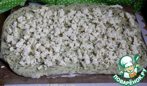 Разбросать по тесту небольшие кусочки мягкой брынзы (кол-во брынзы регулируйте сами, в зависимости от ее солености и Ваших вкусов!)