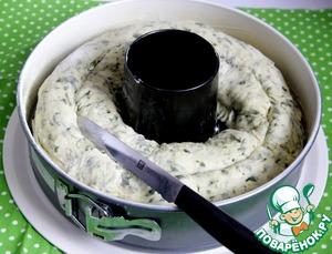 Круглую форму для запекания смазать сливоч. маслом. Выложить кругом рулет, сделать глубокий надрез посередине, вдоль.