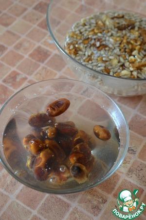 Орехи и семечки залить холодной кипячёной водой и оставить на 2 часа. Финики залить кипятком.