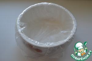 Форму застелить пищевой плёнкой или полиэтиленом.