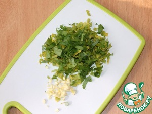 Garlic finely chop. Parsley shred. Place it into a bowl.