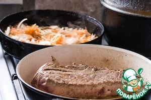 Одновременно ставим 2 сковороды на огонь. Смешиваем сливочное масло и оливковое. В одну сковороду кладем морковь и лук. В другую мясо, целым куском. Обжариваем со всех сторон по 4-5 минут.