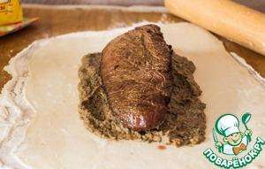 Поверх теста выкладываем грибную начинку, сверху кладем говядину и опять грибы. Заворачиваем в тесто.