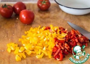 Режем перец и помидоры.