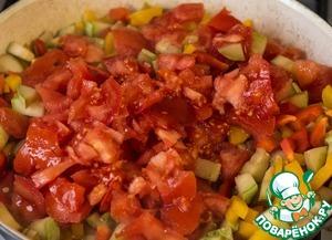 Пока соус томится, выкладываем помидоры к овощам. Тушим все до полного испарения жидкости, т. е. вина.