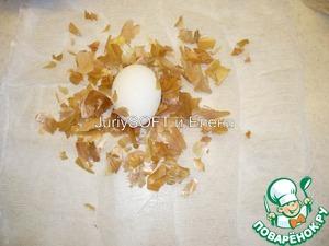 На небольшой квадратик марли необходимо выложить небольшое кол-во луковой шелухи, а в центр положить яйцо.