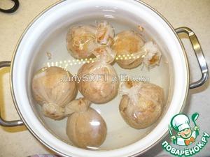 Когда все яйца подготовлены, то я помещаю их в холодную воду, и ставлю варить на средний огонь. После закипания воды я варила яйца 15 мин.