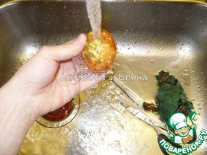 Затем, яйца необходимо вытащить из марли и промыть под холодной водой.